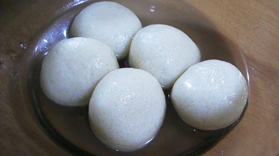 Served easy Bangladeshi sweet snack roshgullah